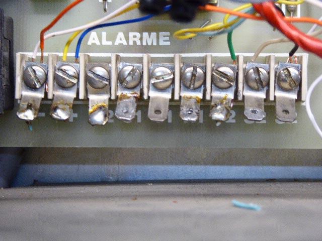 branchement sirènes extérieur et intérieur alarme bornier gauche 000